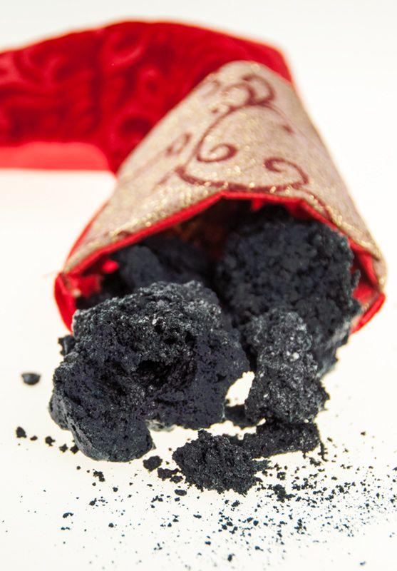 Carbone dolce della Befana - MarisaC rispolvera una vecchia ricetta trovata su un giornale aggiornandola e semplificandola.. Cosa sarebbe la calza della Befana senza il carbone dolce?