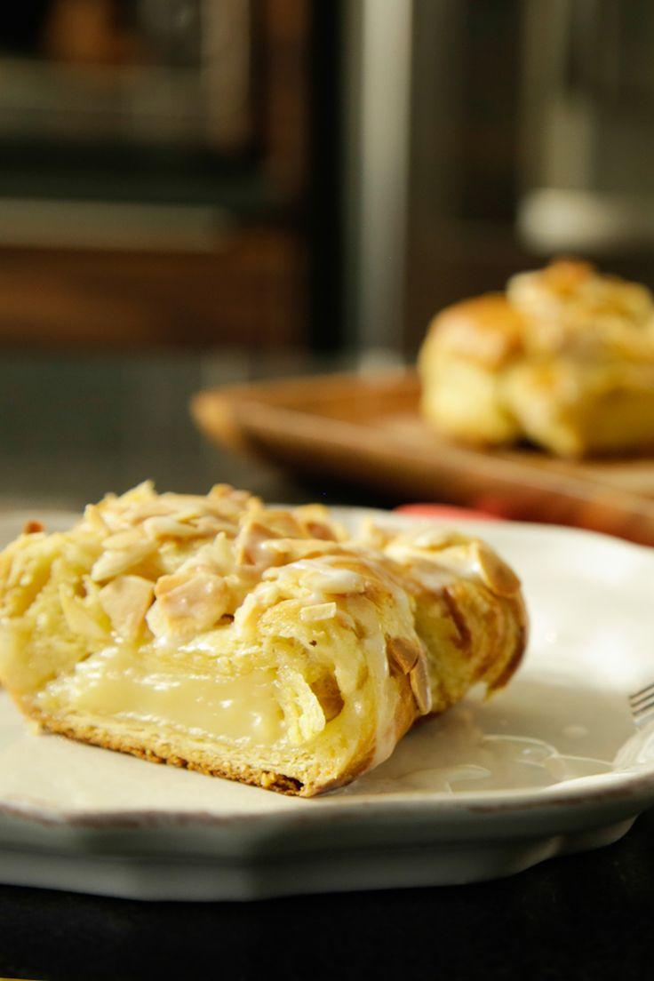 El trenzado de hojaldre es una receta muy tradicional dentro del mundo de la pastelería. Es un delicioso postre elaborado con masa de hojaldre y con un exquisito relleno de la clásica crema pastelera. El trenzado tiene en su parte superior deliciosas almendras espolvoreadas y una salsa de azúcar glass.