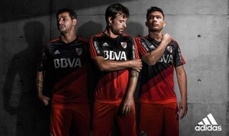 River Plate presenta su nuevo uniforme alternativo