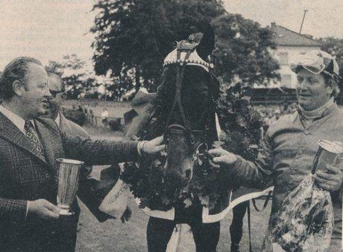 Toft Olesen. Travhistorie.dk bringer et portræt af en af dansk travsports største og mest succesrige opdrættere gennem tiderne, Henry Toft Olesen, Stutteri Kejsergården på Bogø.  Bogø-hestene vil for altid være forbundet med Harald Lund, som fejrede nogle af sine allerstørste triumfer med Henry Toft Olesens opdræt, men mange andre trænere havde også stor glæde af de i alt 212 Bogø-heste, der kom til verden i årene 1965-91. Alle kender formentlig Osman Bogø (øverste foto), der i alt vandt 71