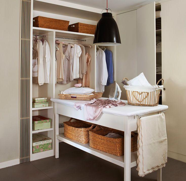 Planchador  Con muebles y tabla de planchar a medida. Perchas de tela y cestas de Velafusta. Lámpara Caravaggio, en Punto luz.