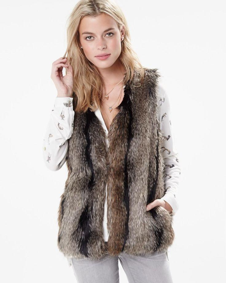 Cette veste sans manches en fausse fourrure s'inscrit parfaitement dans la tendance des années 70. Sa longueur saura rehausser un chandail en tricot ou un blouson. <br /><br />-  Sans manches<br />- Longueur de 29.5 pouces<br />- Poches latérales<br />- Doublée