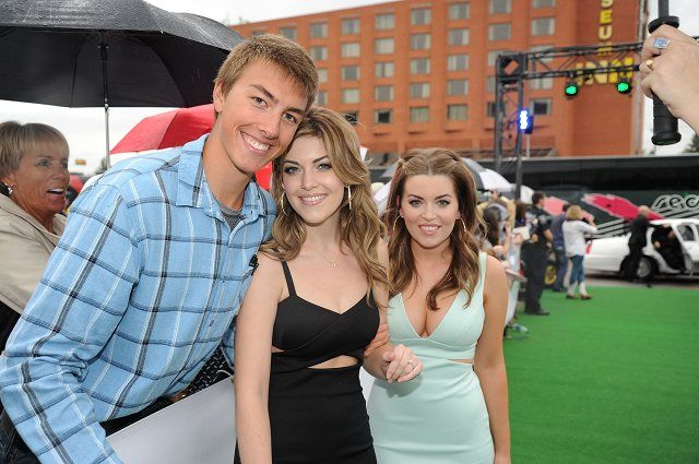 One More Girl with a fan on the 2014 CCMA Green Carpet