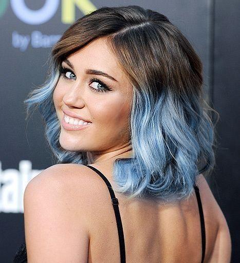 Miley Cyrus con caschetto azzurro serenity - Miley Cyrus anticipa la tendenza dell'Azzurro Serenity con un caschetto con punte colorate per i capelli del 2016.