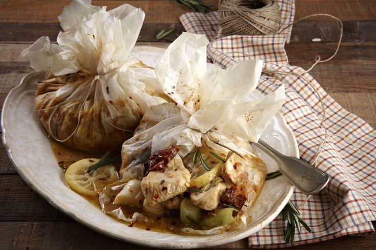 Ένα πιάτο με ιδιαίτερη νοστιμιά με κοτόπουλο που πρώτα μαρινάρεται σε ένα ωραίο μίγμα με βάση το μέλι και τη μουστάρδα και στη συνέχεια «πακετάρεται» σε λαδόκολλα και ψήνεται στο φούρνο. Σερβίρεται ιδανικά με ρύζι μπασμάτι ή πλιγούρι ή σαλάτα με κινόα.