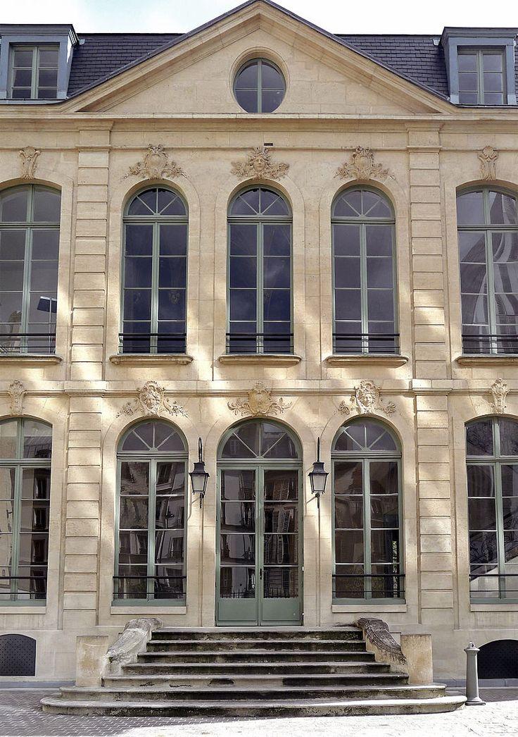 Paris VI rue de Sèvres n111 hotel Choiseul-Preslin. - 6) A. CROZAT: Il fit partie dès 1675, à 20 ans, d'un consortium de financiers dirigés par le marchand Jean Oudiette, qui racheta la ferme du tabac à la Marquise de Maintenon. Cette nouvelle ferme du tabac a le monopole sur les 2,5 millions de livres de tabac vendus chaque année par St-Domingue. Elle abaisse le prix d'achat aux planteurs et relève le prix de vente, pour augmenter la rentabilité.