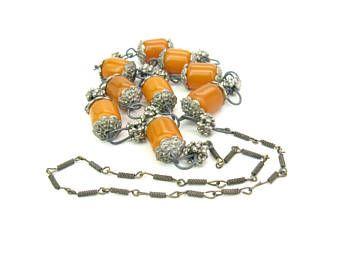 Collier de perles d'ambre tribal. Copal faux ambre. Boutons en métal mixte. Bijoux faits main ethnique de l'Himalaya. Bijoux de Style Boho longue Vintage