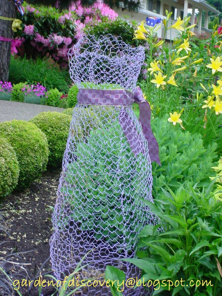 I'm intrigued by these chicken wire shapes made for the garden. Chicken wire ghosts would look so cool in our woods and amuse the people driving by our place. But first - chicken wire alliums.