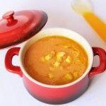 Crema de patata, maíz y tomate     1 patata     1 tomate     2 puñaditos de maíz en grano Ponemos a cocer en una olla la patata hecha trocitos cubierta de agua, cuando lleve ocho minutos más o menos añadimos el tomate pelado y el maíz (he usado congelado), dejamos que se cueza todo y trituramos.  Servimos con un chorreón de aceite de oliva virgen extra y unos granos de maíz sin triturar.