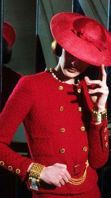 el sobrero fue parte de las prendas sin mucho escote con elgancia y sin que falte las joyas como el oro.