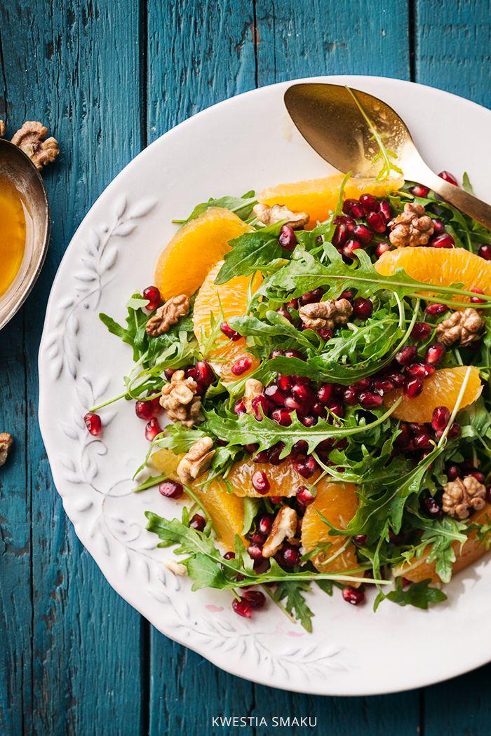 Sałatka granat pomarańcza orzechy włoskie Pięknie się prezentuje i jest bardzo prosta do zrobienia. Kolorowa, świeża, sezonowa, nie może jej zabraknąć na Waszym świątecznym stole! Doskonale sprawdzi się jako dodatek do pieczonego mięsa czy drobiu. Pasuje do wędlin i zimnych przystawek.