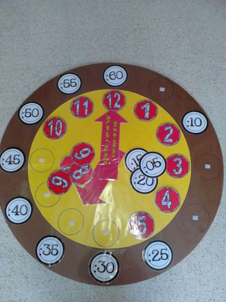 """Tik tak tok, je bent een """"krak"""" in het lezen van de klok. Reuze klok van 110 cm diameter waar de getallen en minuten met velcro bevestigd kunnen worden. Spelenderwijs de klok leren hanteren. Heb ik gemaakt voor het derde leerjaar."""