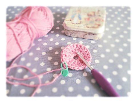 Comment débuter une création au crochet en rond ?? C'est simple, on commence avec un cercle magique. Suivez la vidéo, c'est SIM PLI SSI ME :) Pensez à vous a...