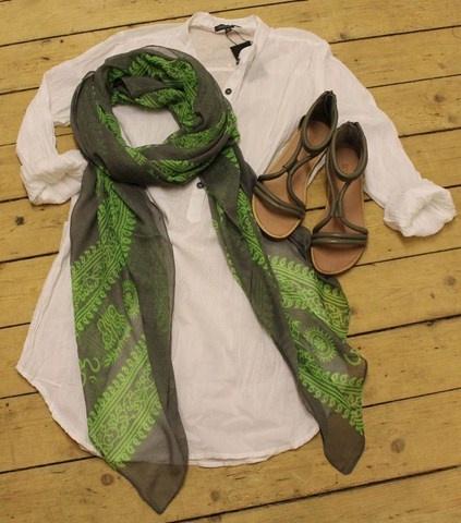 Lang skøn skjorte med sandaler og et løst tørklæde - lige hvad jeg har lyst til i dag!    Leah Long Shirt - Hvid - 399,-  http://www.tankestrejf.dk/leah-lang-skjorte.html    Gråt tørklæde med mønster - 129,-  http://www.tankestrejf.dk/toerklaede-med-moenster.html    Soon sandaler - nedsat til 299,50  http://www.tankestrejf.dk/soon-sandal-grey.html