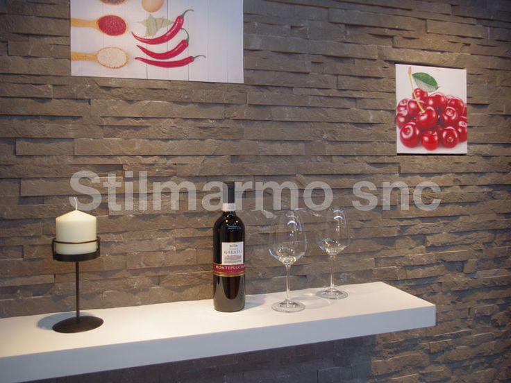 Per un design d'interni leggero, bello ed ecologico, scegli lo Spaccatello in marmo naturale h. cm. 2-3-4 x spess. cm. 1,6/2 a lunghezza variabile.  Parete in cartongesso rivestita di marmo Fossena - Made in Italy