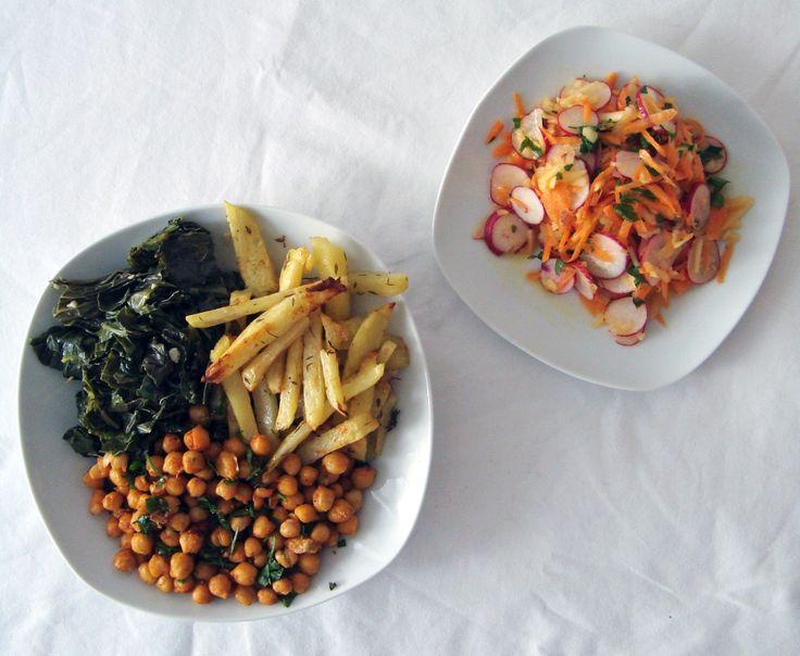 Not guilty pleasure: Couve salteada com batata e grão no forno com salada de rabanete, cenoura e maçã