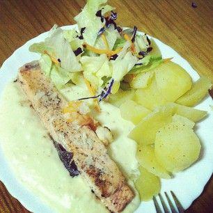 Salmón marinado con langostinos, patatas asadas y ensalada con vinagre balsámico de frutos del bosque! #cena #cocinera #dinner #salmón #crinderioja