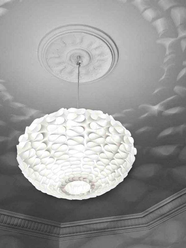 """""""Norm 03"""" de origen danés, es una fina lámpara de cielo que cuando está encendida, proporciona un efecto de luz escultórica en tu pared. Es un producto auto-ensamblado, fácil y sencillo de usar. No necesitas herramientas o pegamento."""