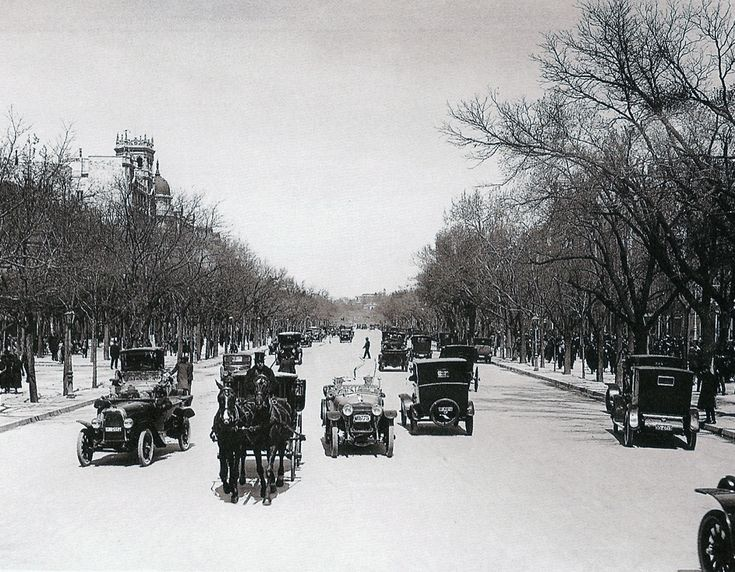 El Paseo de Recoletos es la alameda más antigua de Madrid. El Paseo cuenta con una amplia mediana central peatonal dotada de jardines con estatuas, fuentes y terrazas como la Terraza Recoletos, el Café El Espejo o la terraza del histórico Café Gijón. 1930