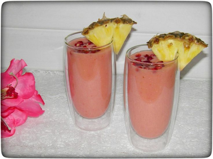 Smoothie Cocktail in pink – Granatapfel trifft Ananas