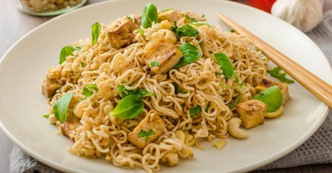 Recette de Nouilles chinoises au tofu, noix de cajou et pousses d'épinards. Facile et rapide à réaliser, goûteuse et diététique.
