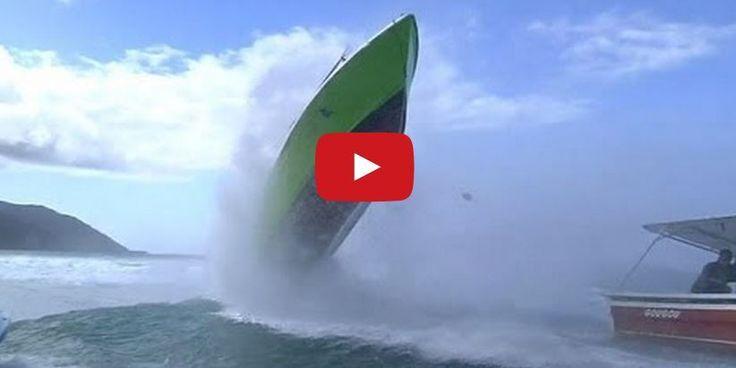 VIDEO - un petit bateau bondit sur une vague géante