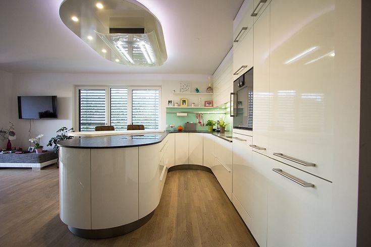 runde k che wei hochgl nzend die runde kochinsel wirkt sehr elegant und wird durch die. Black Bedroom Furniture Sets. Home Design Ideas