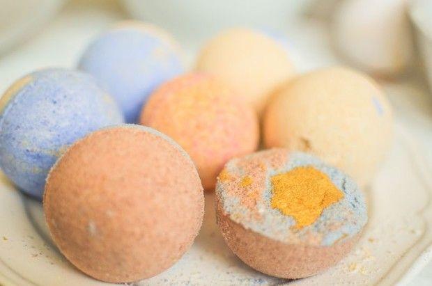 DIY šumivé bomby do koupele Co budeme potřebovat?  3 díly sody bikarbony 2 díly kyseliny citronové 1 díl kukuřičného škrobu 3 polévkové lžíce mandlového oleje 1 polévkovou lžíci vody (nejlépe destilovanou nebo převařenou) vonné oleje potravinové nebo kosmetické barvivo (kosmetickou barvu) formu mísy, misky, rukavice, špachtle
