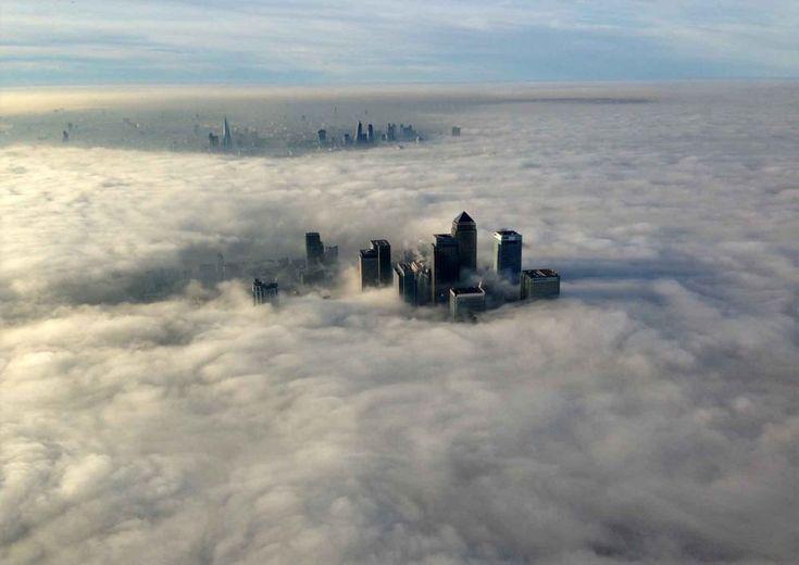 Londra avvolta da una fitta nebbia. Secondo l'ufficio meteorologico la  visibilità nelle prime ore del mattino era ridotta a meno di cinquanta  metri: più di 40 i voli cancellati all'aeroporto di Heathrow.