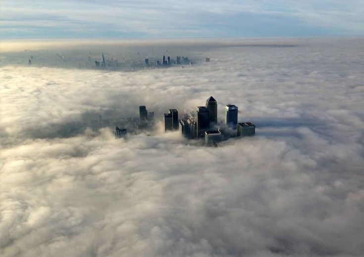 Londra avvolta da una fitta nebbia. Secondo l'ufficio meteorologico la  visibilità nelle prime ore del mattino era ridotta a meno di cinquanta  metri: più di 40 i voli cancellati all'aeroporto di Heathrow. Complice  forse il periodo anomalo di alta pressione, la nebbia ha ''nascosto''