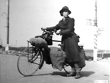 1944 - 1945. Onze moeder ging op de fiets met houten banden naar de familie Eden Peterman  in Bleiswijk om kleding te naaien in ruil voor eten. Zo hield zij het thuisfront in leven!!