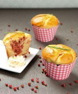 Cupcakes salgados de fubá com recheio de carne-seca, calabresa ou atum.