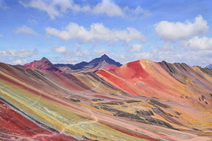 Hast du schon von den Rainbow Mountains in Peru gehört? Uns war deren Existenz bis vor Kurzem völlig fremd. Bis wir im Internet auf wunderbare Bilder gestoßen sind. Und wenn es etwas gibt, womit man uns zu entlegenen Orte locken kann, dann sind das schöne Fotos von wilden Tieren oder besonderen Plätzen, die (noch) nicht von Touristenmassen überrannt werden.
