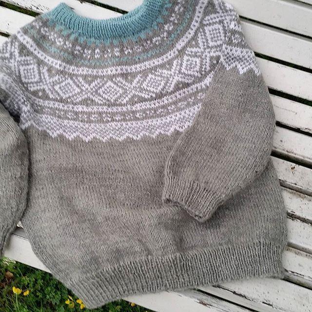 """Da er jeg ferdig med min første Mariusgenser🍃🌼🍃 Da gjenstår det """"bare"""" å strikke to til 😄#mariusstrikk #mariusgenser#sandnesgarn #strikkeglede #strikkedilla #knittinglove #instaknit #knitting #instaknitting #madebyme #DIY #håndstrikket"""