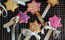 These are a cute, easy little Halloween treat for nice fairies and white witches. You could always swap the pink and white decorations for black and green.