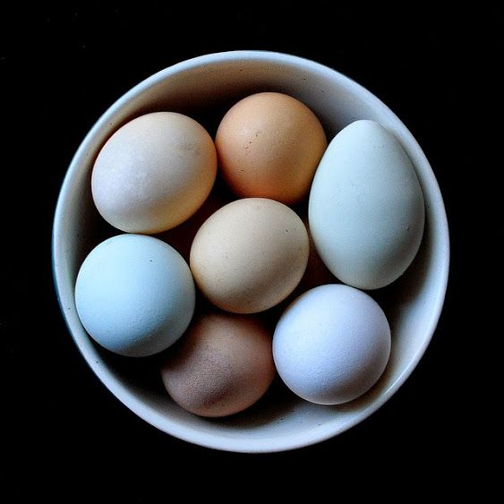 """Unikaj spożywania surowych jaj, gdyż może to prowadzić do niedoborów biotyny (wit. H). W skład białka jaja wchodzi awidyna, która wiąże biotynę, tworząc nierozpuszczalny kompleks dla organizmu człowieka. W jaju gotowanym awidyna ulega denaturacji i przestaje być """"groźna"""" dla biotyny.  Zdjęcie pochodzi ze strony: https://www.flickr.com/photos/larry1732/8065133518"""