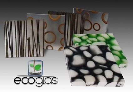 Panel decorativo translúcido de resina PET, combinando naturalezas organicas como aros de bambú, follajes naturales y piedras de río.
