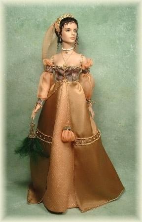 Abito in stile italiano in una sfumatura di rosa aranciato con maniche in chiffon trasparente e ricami sul corpetto. Costo £270