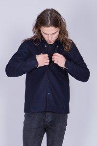 Wool+Shirt+från+svenska+Sarva+är+en+mörkblå+pressad+ullskjorta,+perfekt+att+bära+som+ytter-+eller+mellanlager+en+krispig,+kall+dag.+Rak+men+ändå+skräddad+i+passformen,+svarta+tryckknappar+framtill+samt+bröst+ficka+och+ventilationshål+under+ärmarna.+Ett+fantastiskt+fin+och+bra+plagg+att+använda+året+om!