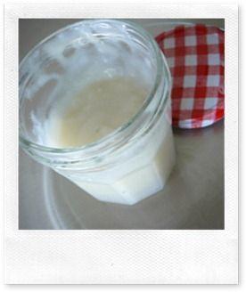 """colle naturelle pour le papier et le carton léger :  """"2 cs de farine + 1 cs de sucre + un grand verre d'eau, faire chauffer en remuant constamment, jusqu'a ce que la colle soit suffisamment épaisse et mettre en pot.  se garde au réfrigérateur quelques jours**"""