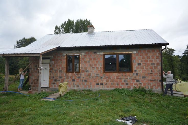 Pan inżynier Jan Kowalski z anielską pomocą dokonuje pomarów domu i ocenia stan izolacji.