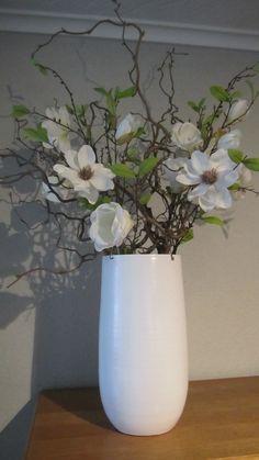 Decoratietakken en witte magnolia,  voor meer decoraties  www.decoratietakken .nl