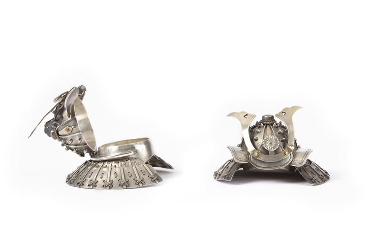 Paire de bonbonnières impériales en forme de kabuto miniatures décorées d'un maedate représentant le chrysanthème impérial. Argent et vermeil.  Ce modèle a été offert lors du déjeuner organisé pour la princesse et le prince Gustav Adolf de Suède, la quinzième année de l'ère Taisho (1926).