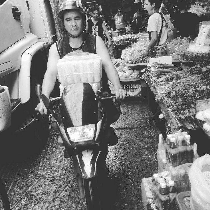 市場の中をオレオレで突っ込んで来るおっちゃんに出会いました   足元に注意です   #市場 #果物 #健康 #散歩 #thailand #bankoku #タイ #バンコク #cocoacana