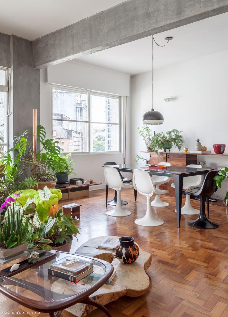 Grandes janelas, piso de tacos, muitas plantas e decoração que mistura móveis contemporâneos com peças vintage.