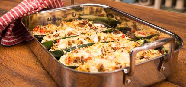 Zucchini mit Hackfleisch-Reis-Füllung ist ein Ofen-Gericht für die ganze Familie. Wie einfach das gefüllte Gemüse gelingt, zeigt unsere Video-Anleitung.