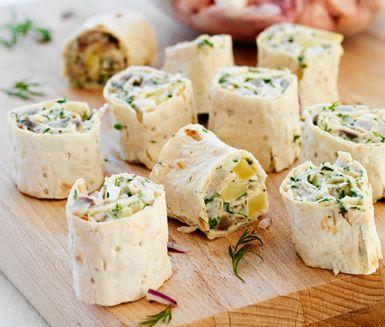 Nubbesallad med mandelpotatis är ett jättegott tillbehör. Den krämiga och smakfulla röran med sill, lök och potatis är helt suverän inrullad i mjukt tunnbröd.