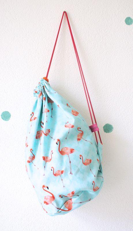 Deze stevige, stoffen tas is te gebruiken als gymtas, logeertas, zwemtas, picknick tas...eigenlijk gewoon voor alles! Je kunt hem als rugtas gebruiken en er past een heleboel in. #wijzijndonderdag #donderdag #gymtas #flamingo #rugtas #kinderen #schooltas