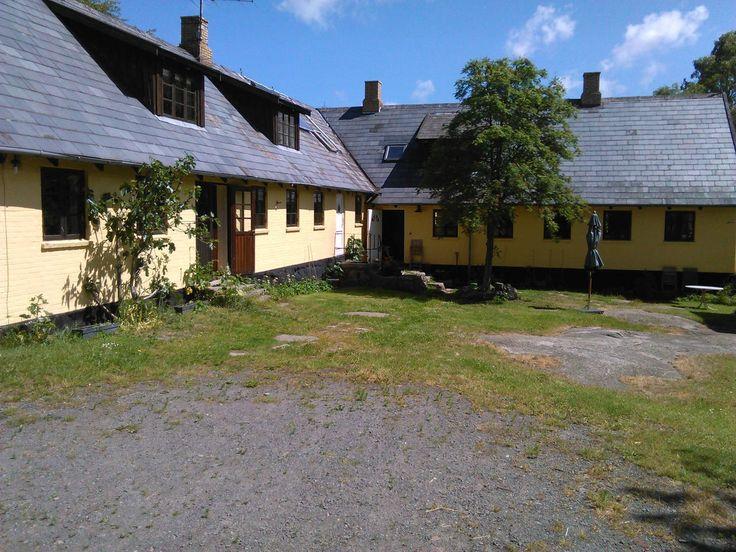 Gult hus på kampestenssokkel - Houses for Rent in Gudhjem