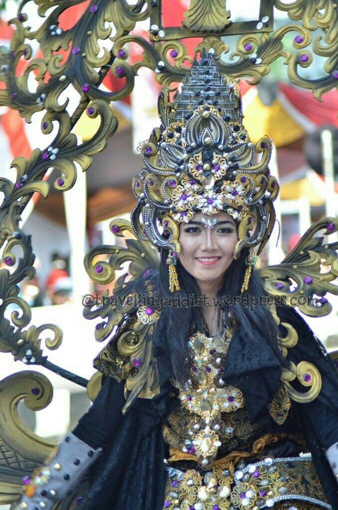 Another theme from Central Java province. Can you spotted the temples on her crown? Beside flowery shape like tht usually used in batik motives.  http://travellingaddict.wordpress.com  #waci #jemberfashioncarnival #jemberfashioncarnival2016 #jff #jff2016 #wonderfulindonesia #visitindonesia #indonesia #jember #travel #instatravel #carnival #carnivalindonesia #worldcarnival #nikon #nikond7000 #dynandfariz